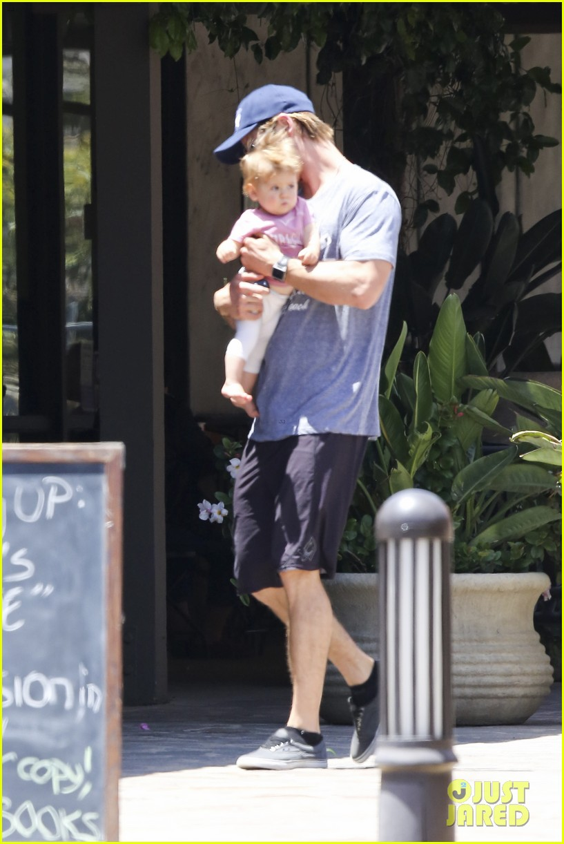 chris hemsworth malibu shopping with elsa pataky india 14