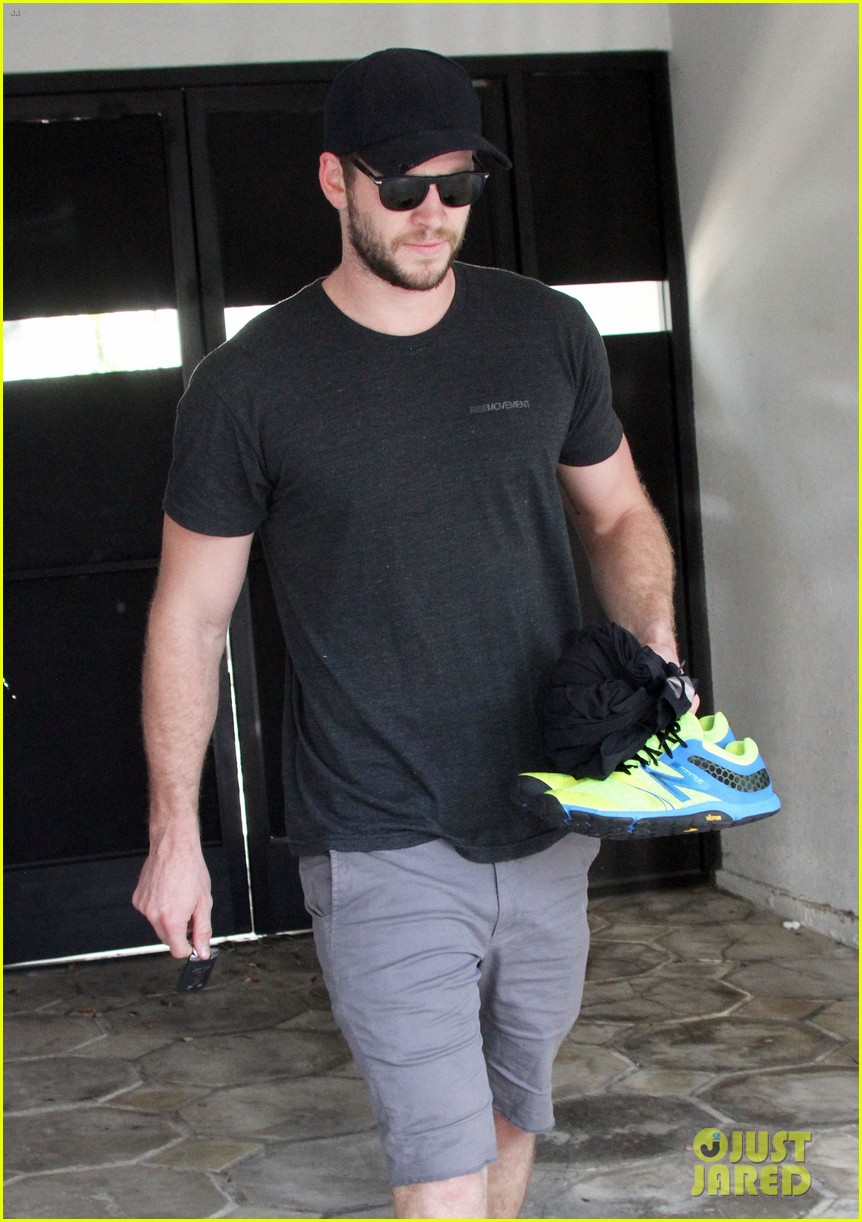 liam hemsworth works out miley cyrus wears engagement ring 052883718