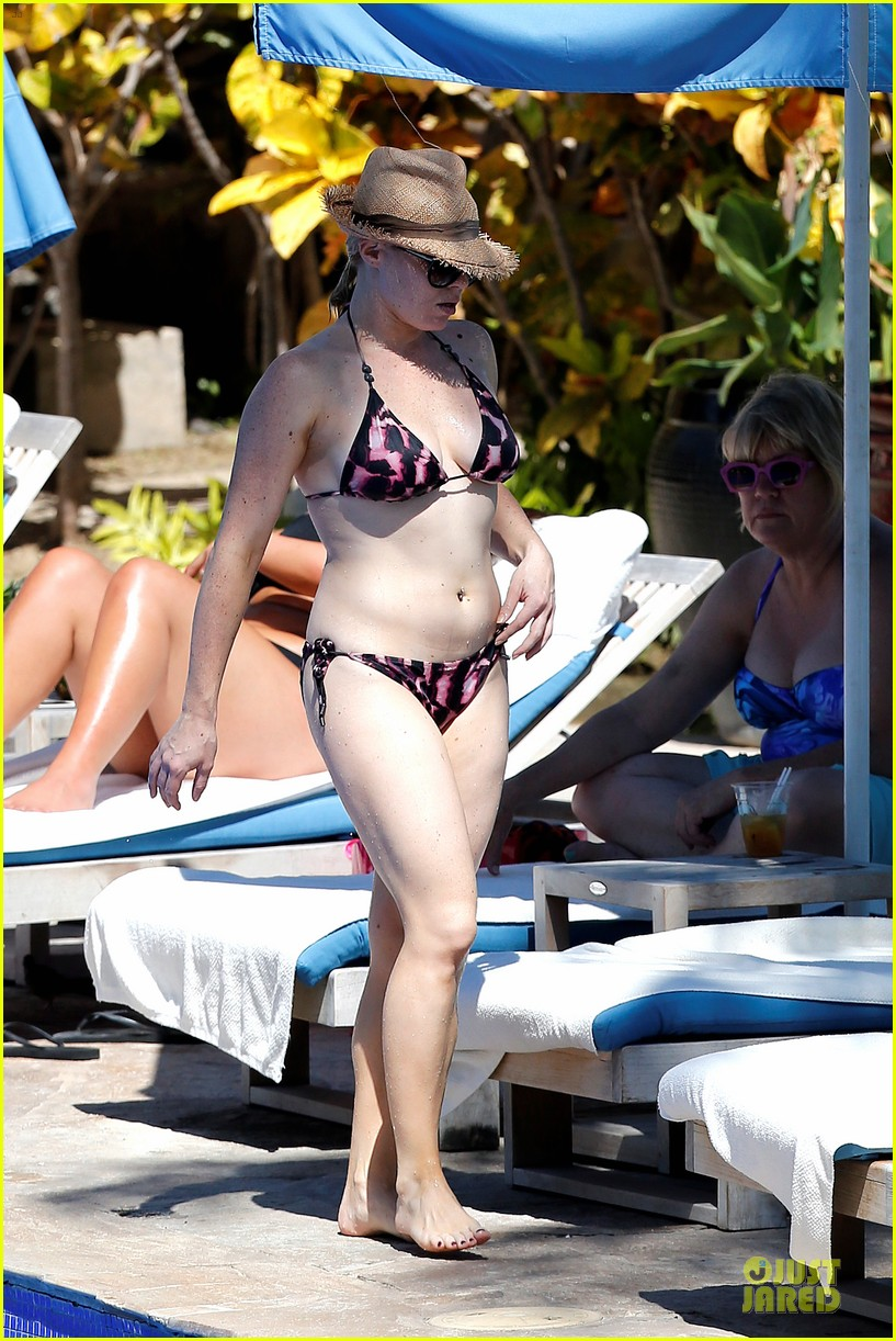megan hilty cuddling with shirtless brian gallagher in hawaii 182881759