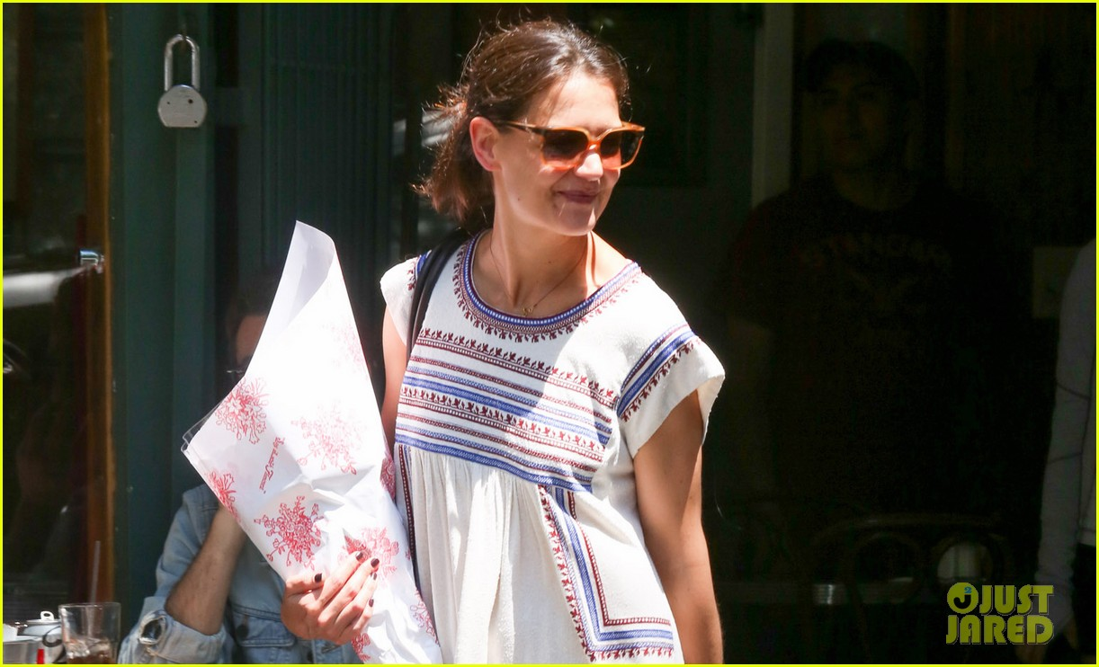 katie holmes carries flowers out of lunch at tartine 032889139