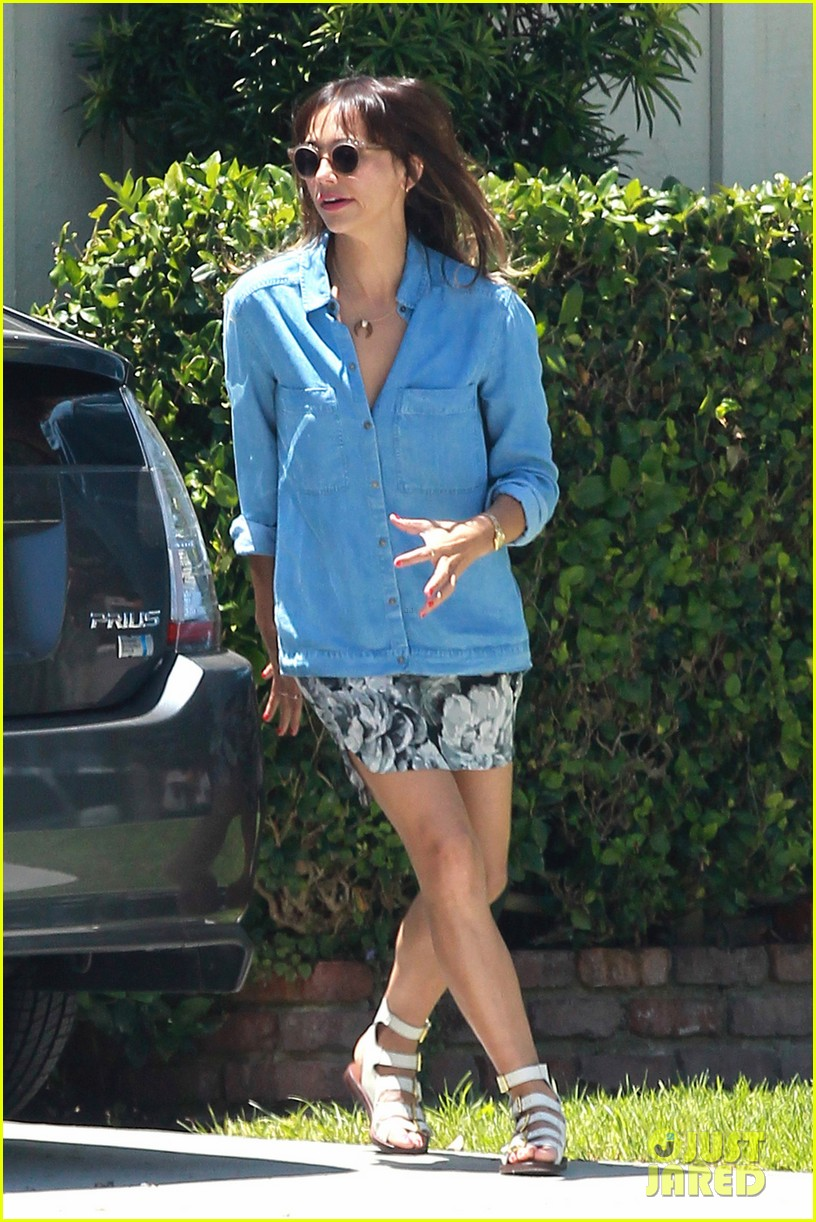 rashida jones steps in gum outside andy lecompte salon 012895795