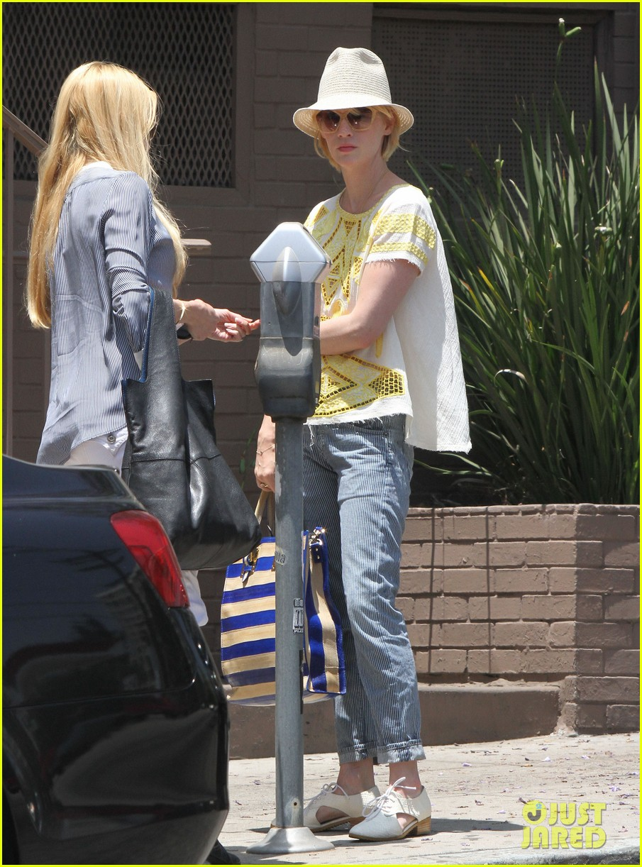 january jones hides new haircut under hat 012891371