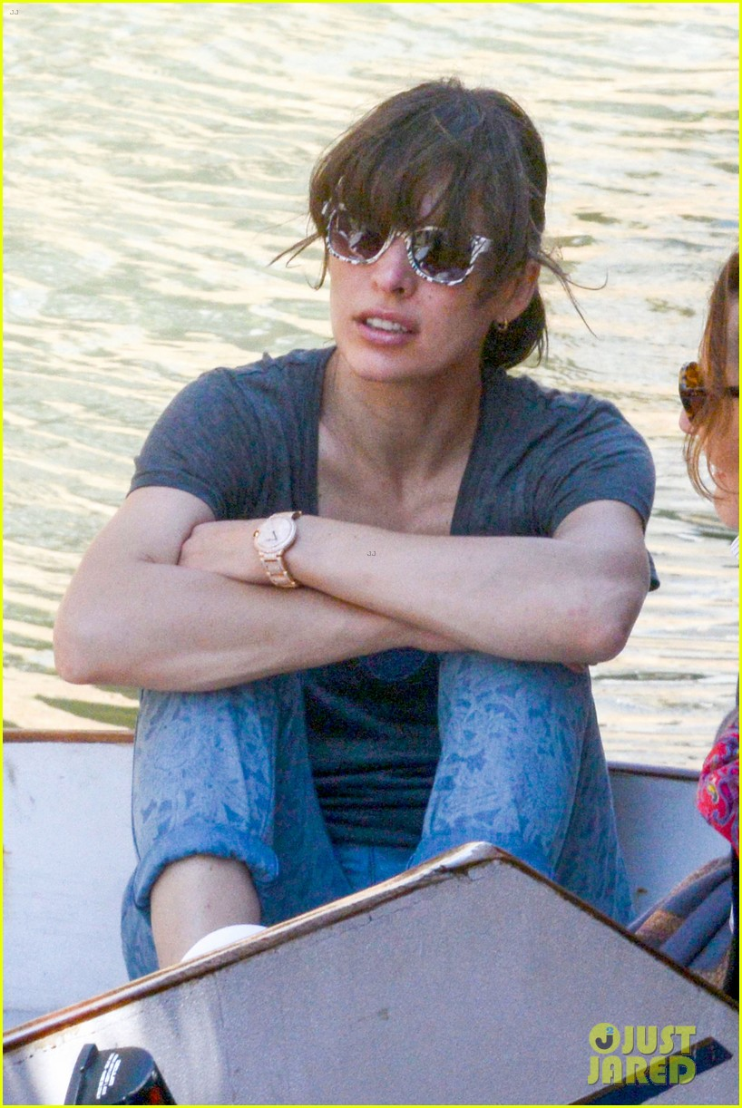 milla jovovich gondola ride in venice with ever 022882479