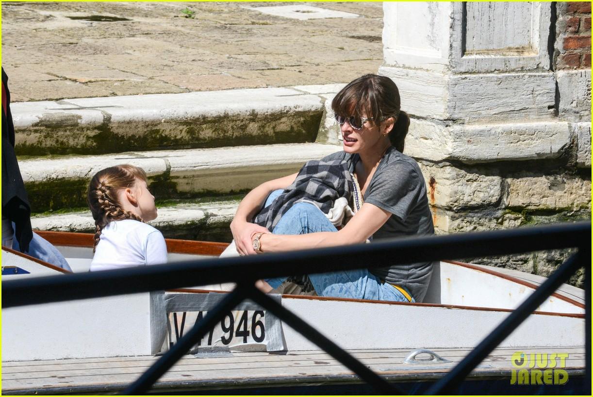 milla jovovich gondola ride in venice with ever 042882481