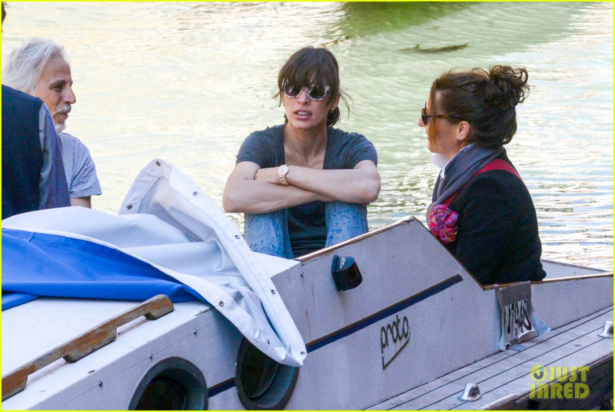 milla jovovich gondola ride in venice with ever 08