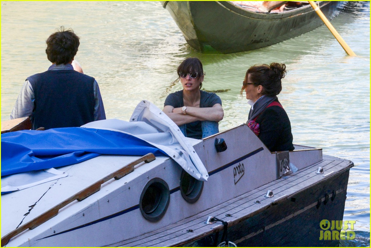 milla jovovich gondola ride in venice with ever 092882486