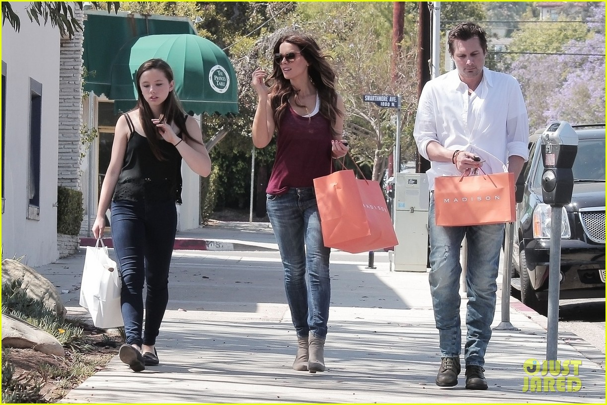 kate beckinsale mother daughter shopping trip with lily 01