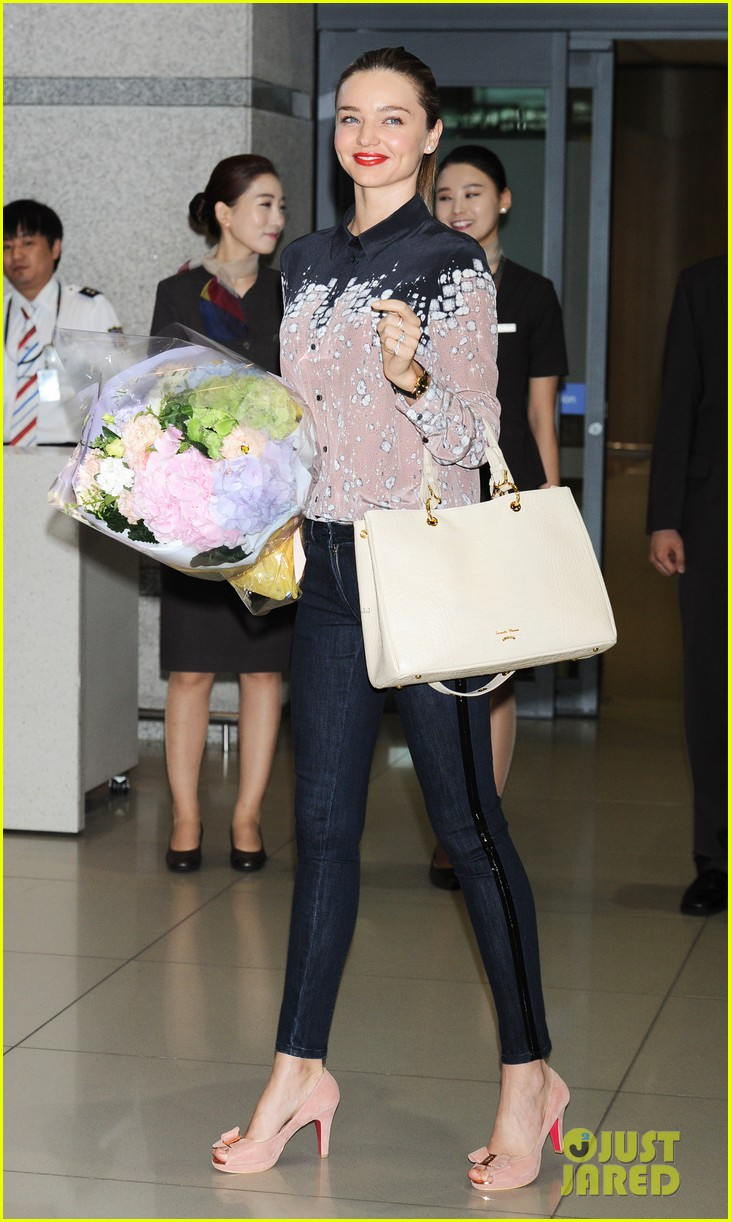 miranda kerr gets flowers upon arriving in south korea 012889012