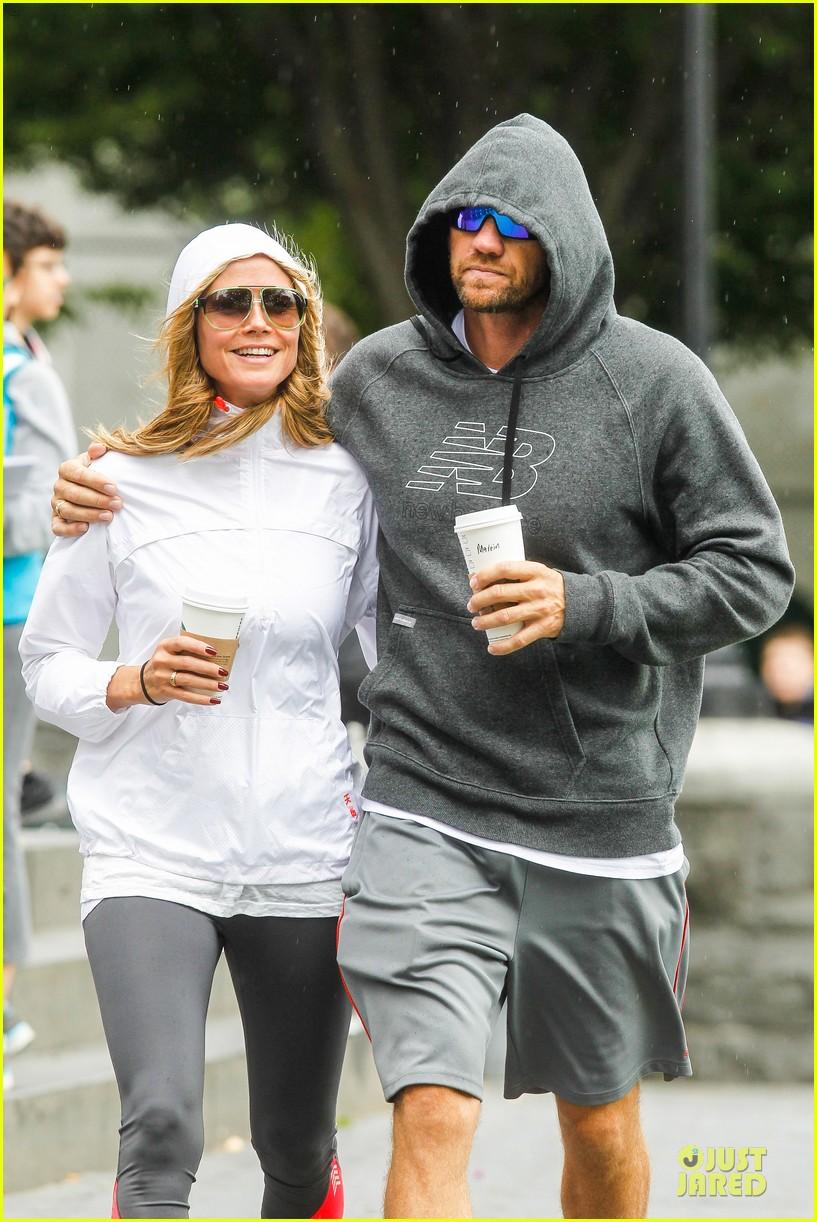 heidi klum martin kirsten holding hands during nyc run 27