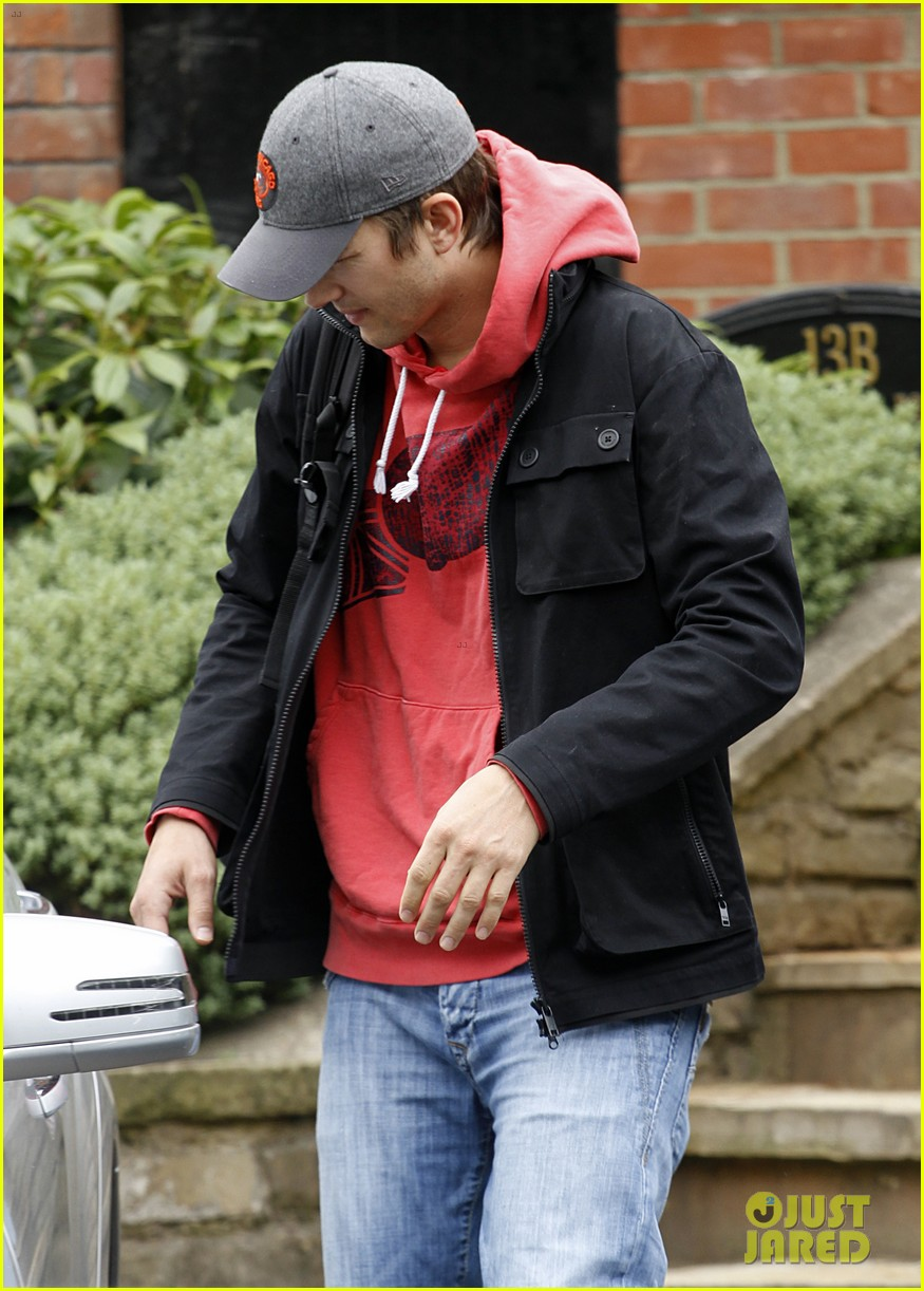 ashton kutcher heads to heathrow for flight out of london 112892094