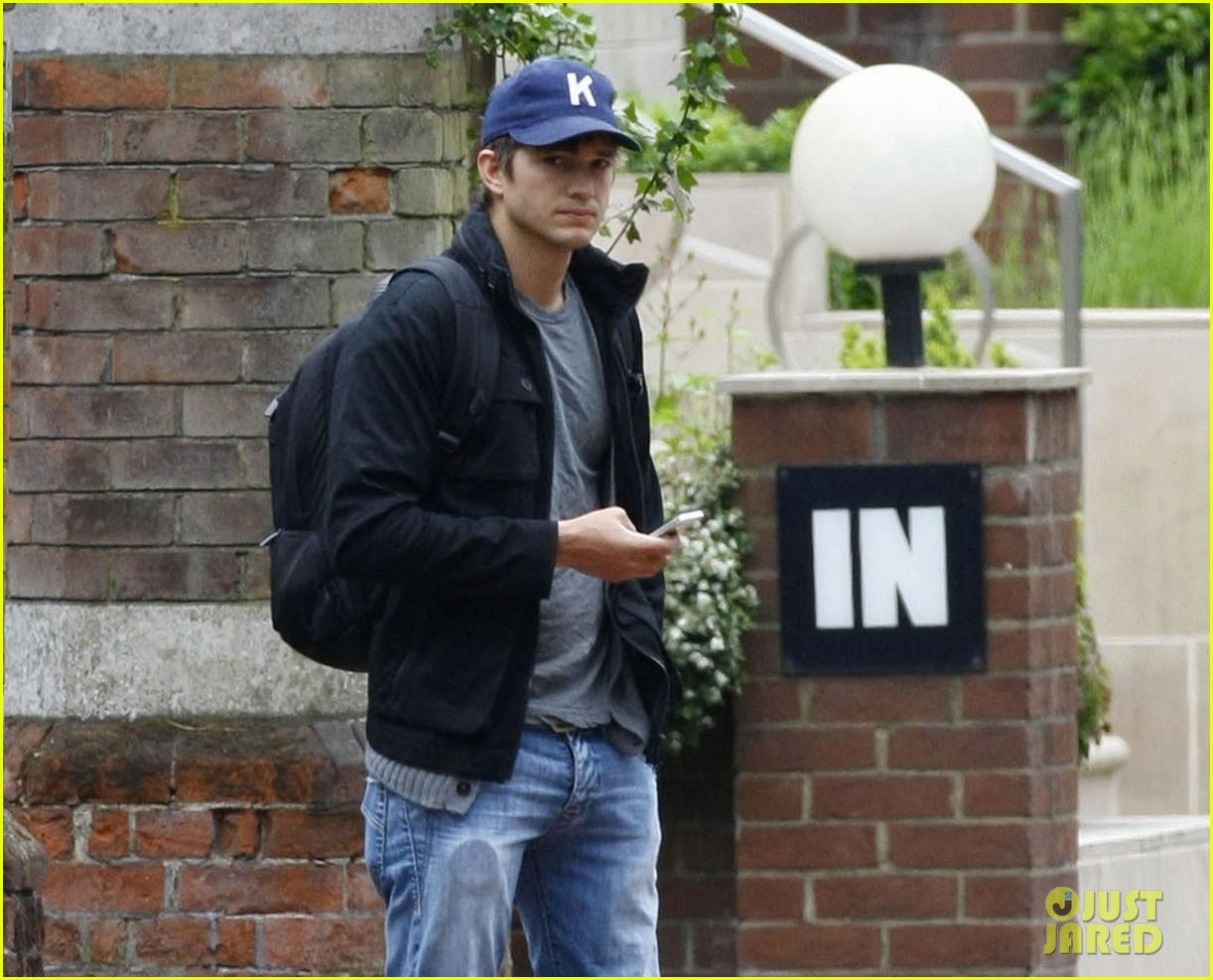 ashton kutcher jobs hits theaters august 16 012890627