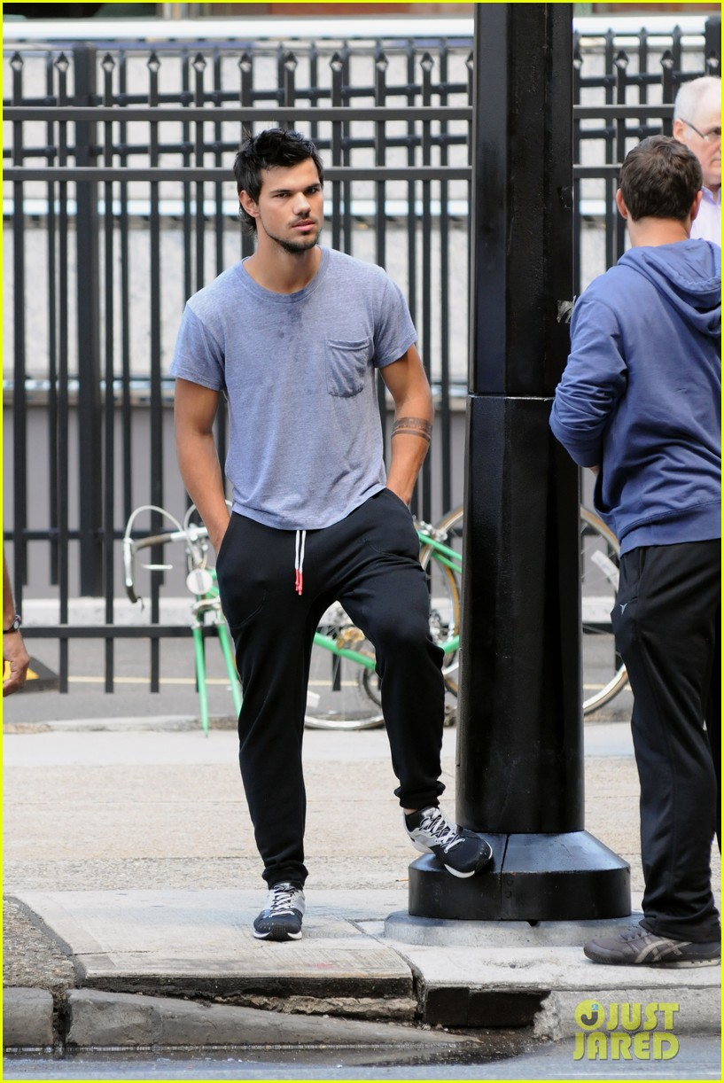 taylor lautner sweats it out for tracers in queens 012894460