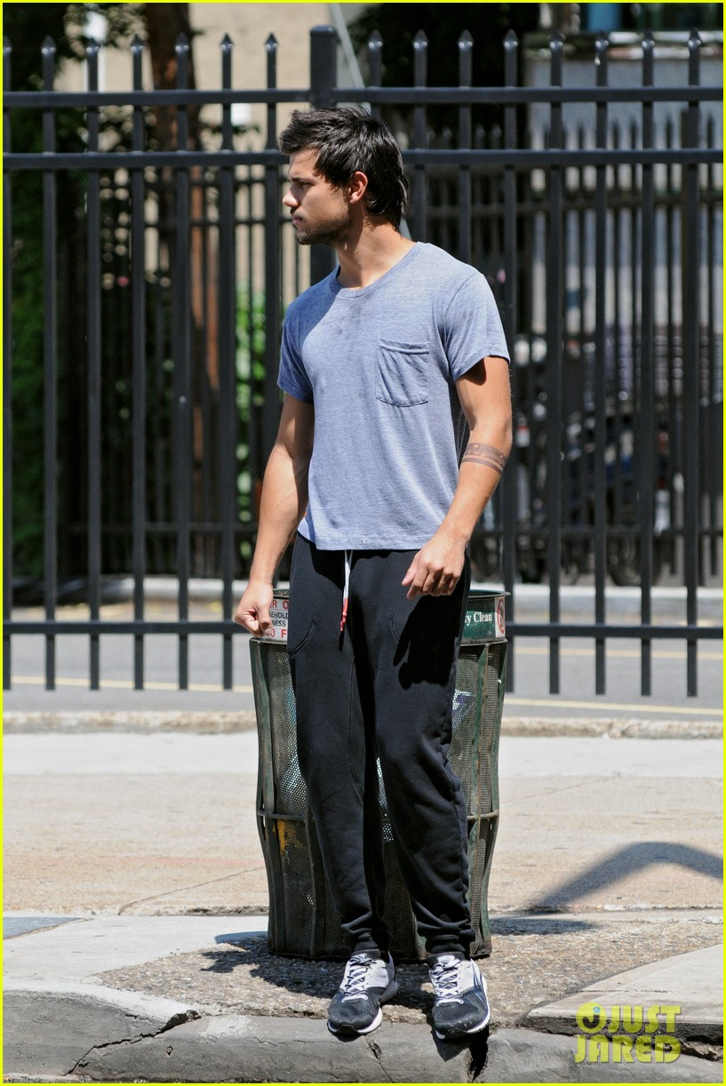 taylor lautner sweats it out for tracers in queens 122894471