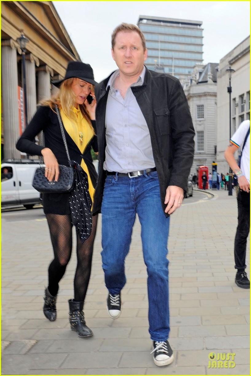 blake lively ryan reynolds stylish london hotel exit 082881967