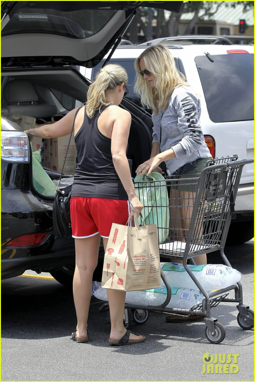 malin akerman shops after juvenile camp visit 04