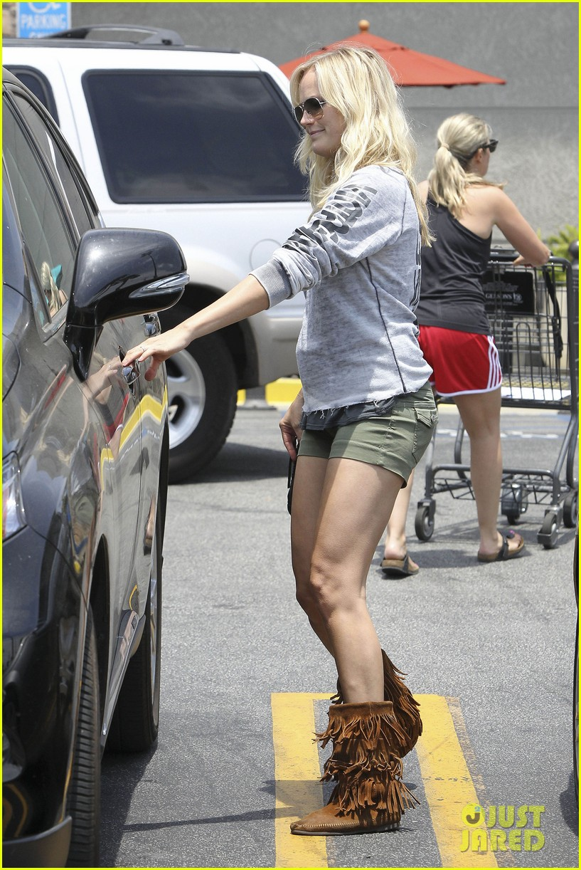 malin akerman shops after juvenile camp visit 162897292