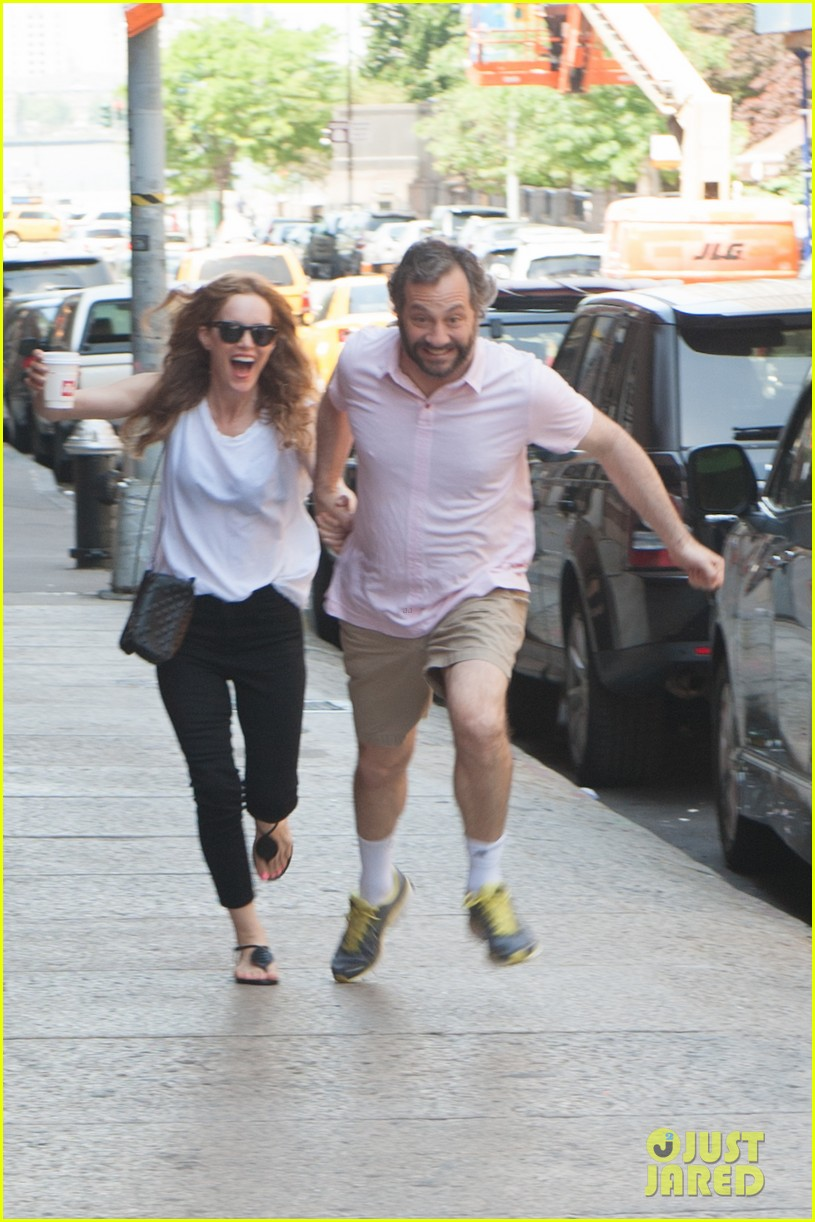 leslie mann judd apatow get silly in new york city 012897428