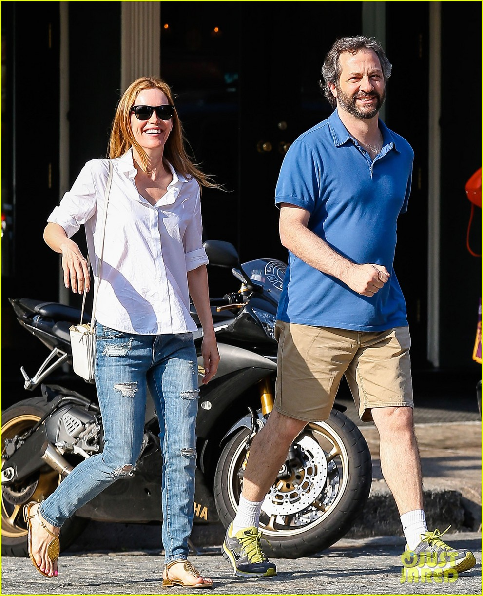 leslie mann judd apatow get silly in new york city 022897429
