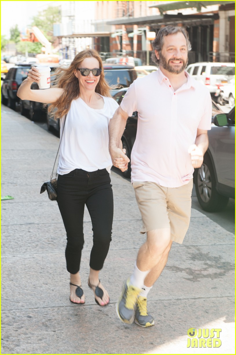 leslie mann judd apatow get silly in new york city 032897430