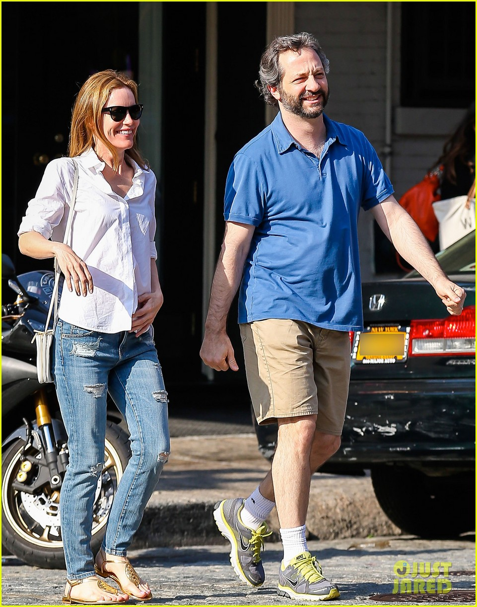 leslie mann judd apatow get silly in new york city 052897432