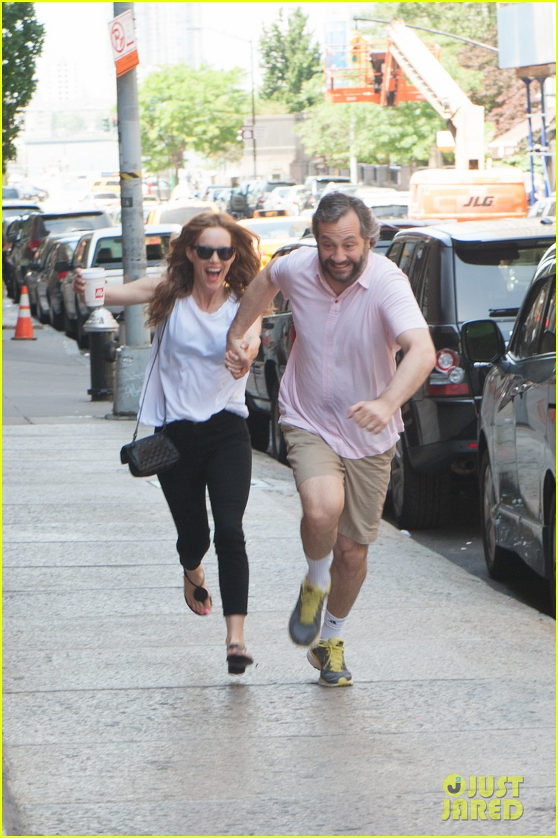 leslie mann judd apatow get silly in new york city 062897433
