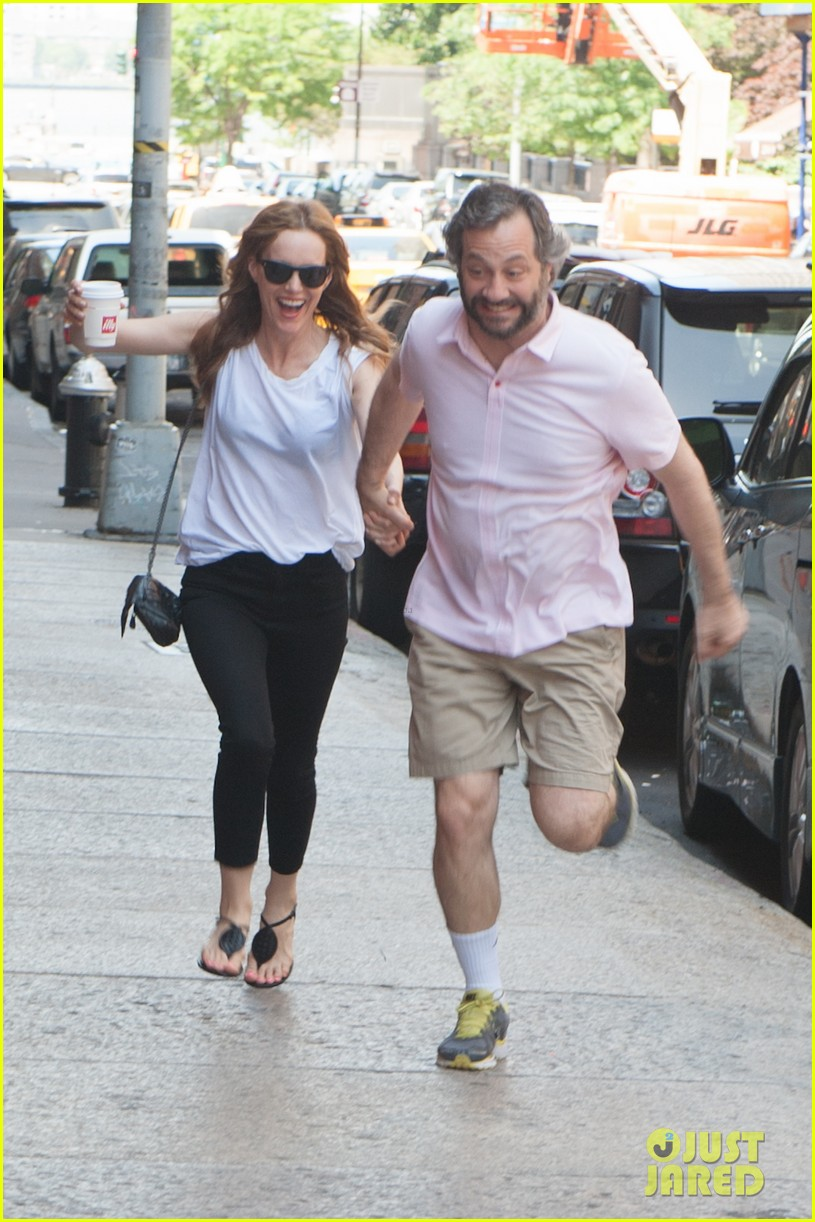 leslie mann judd apatow get silly in new york city 072897434