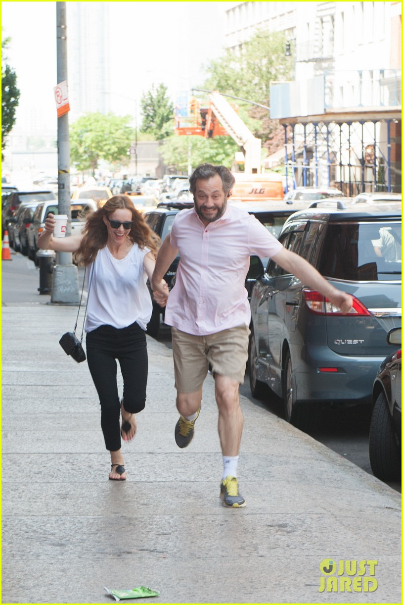 leslie mann judd apatow get silly in new york city 082897435