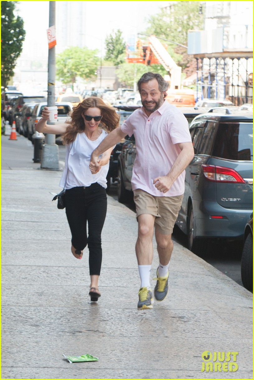 leslie mann judd apatow get silly in new york city 092897436