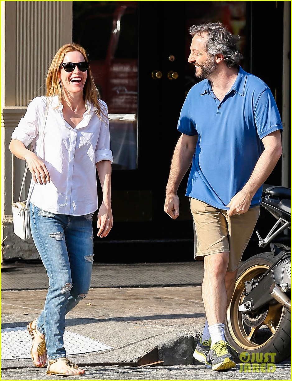 leslie mann judd apatow get silly in new york city 162897443