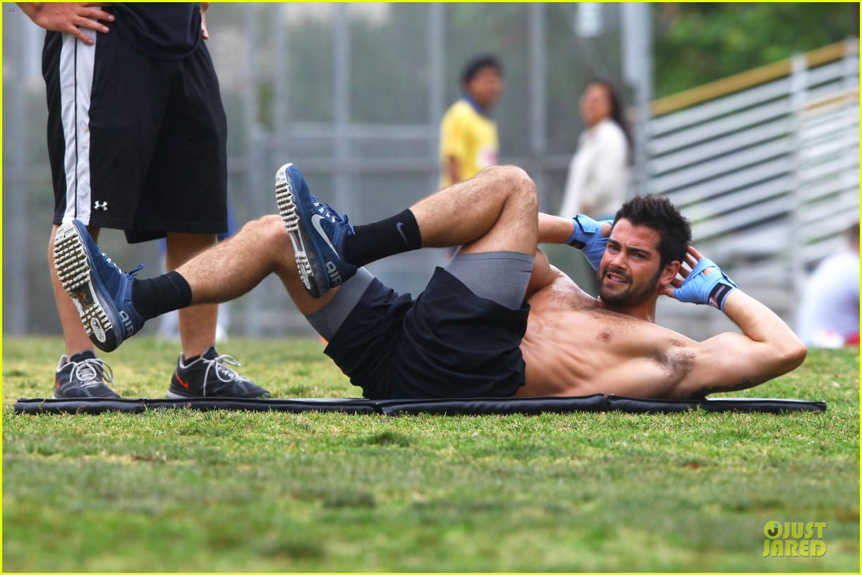 jesse metcalfe shirtless park workout 042886975