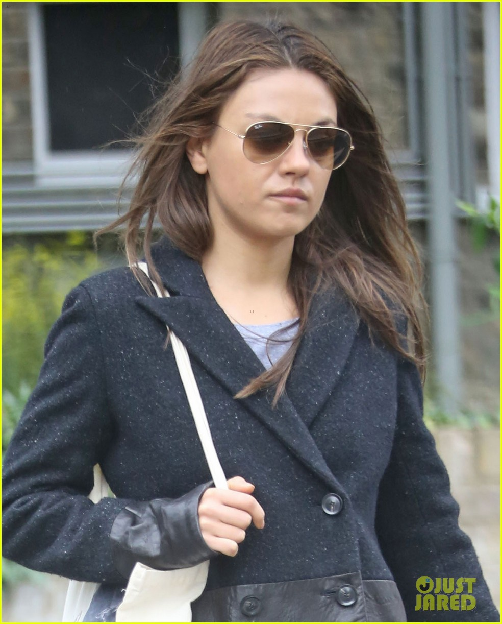 mila kunis rainy walk in london 022892292