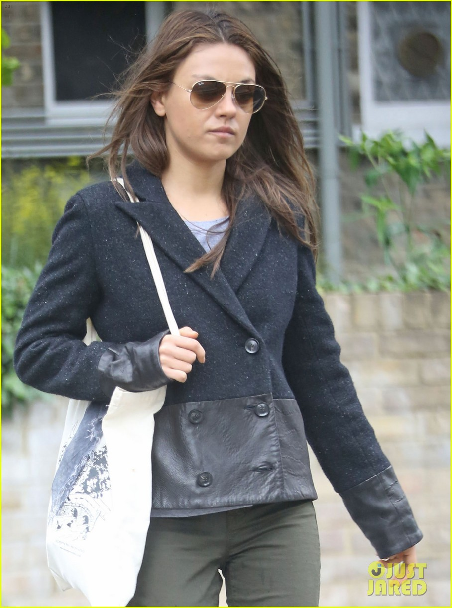 mila kunis rainy walk in london 072892297
