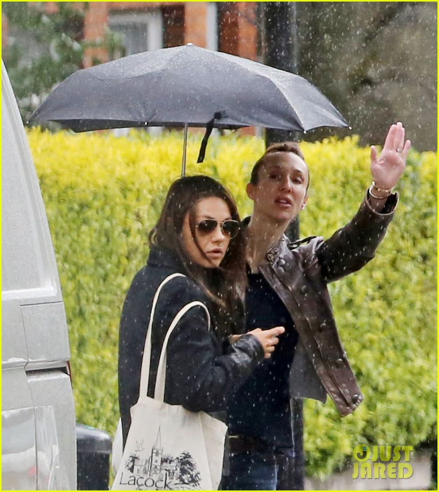 mila kunis rainy walk in london 082892298