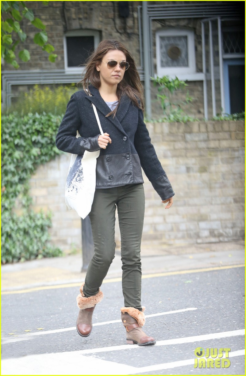 mila kunis rainy walk in london 092892299