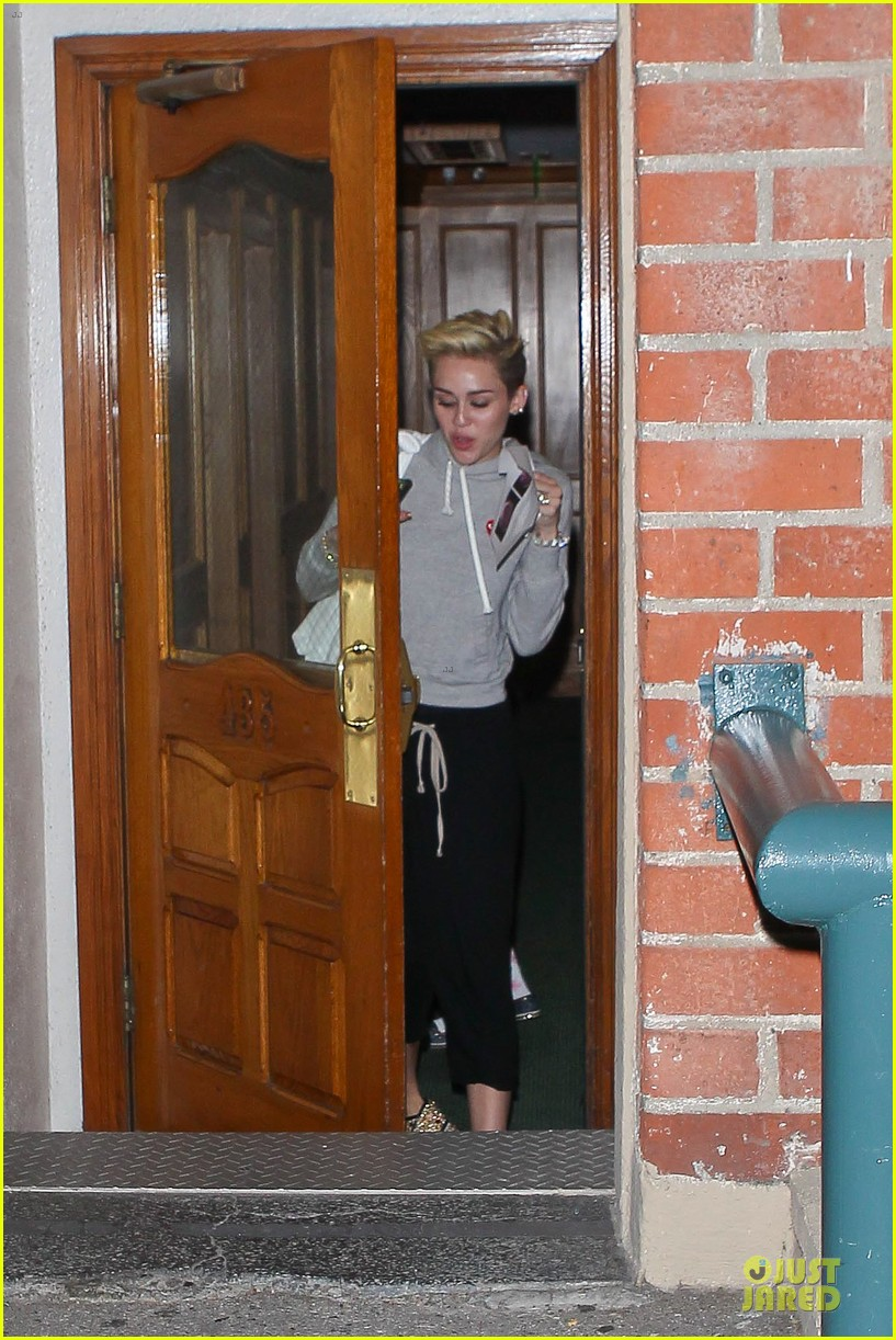 miley cyrus late night doctors appointment 012894864