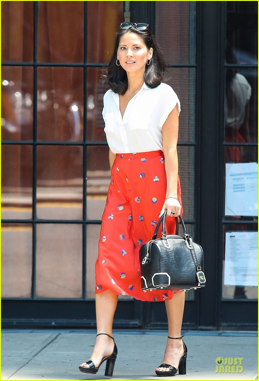olivia munn id rather play with jigsaw puzzles than go out 07