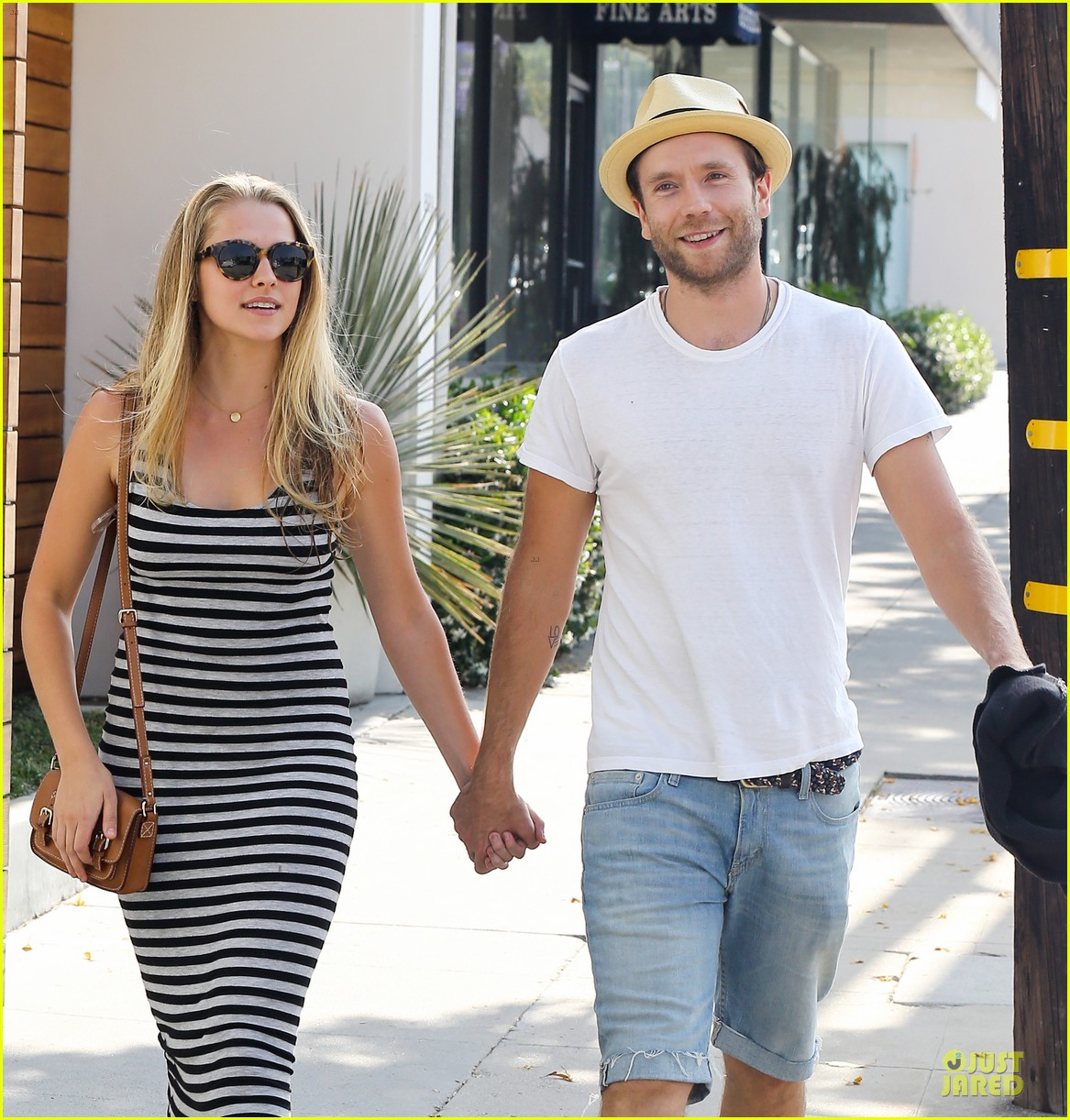 teresa palmer mark webber hold hands after spa visit 02
