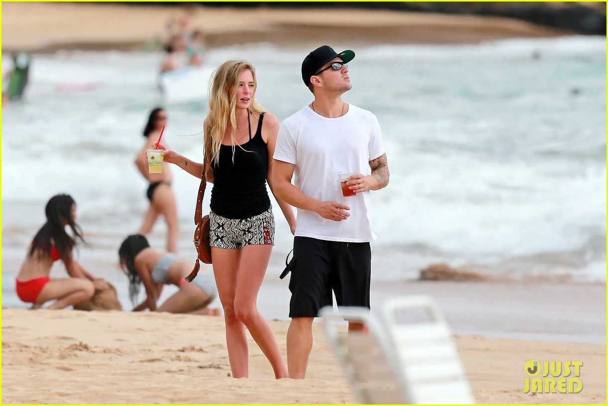 ryan phillippe hawaiian vacation with paulina slatger 082890527
