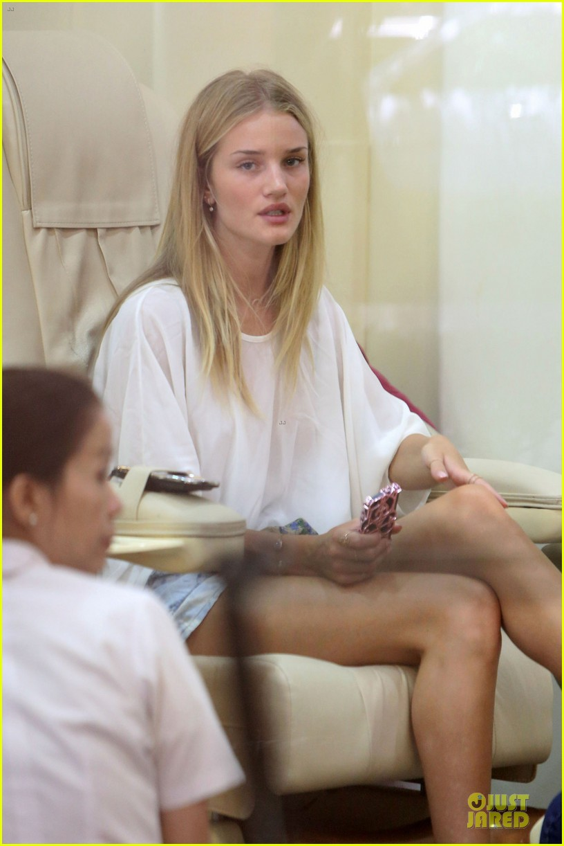 rosie huntington whiteley backstage with one direction 022900657