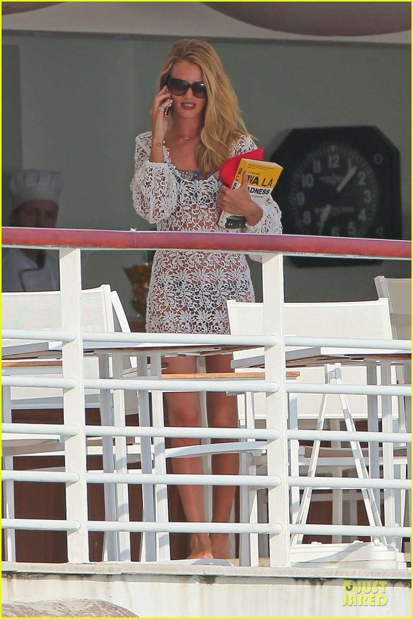 rosie huntington whiteley jason statham viva la madness bikini reading 012890047