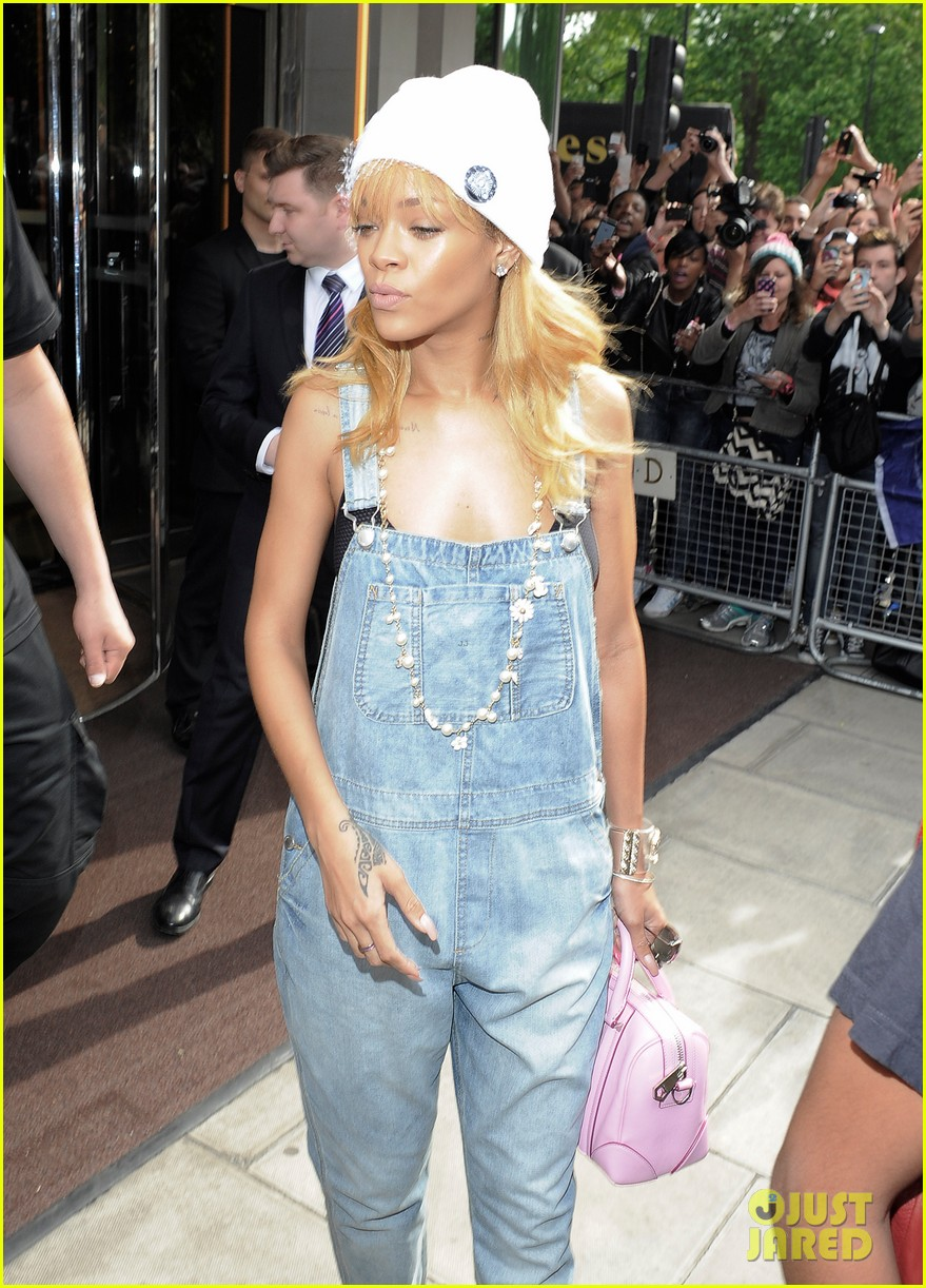 rihanna leaves hotel hand in hand with brother rajad 07