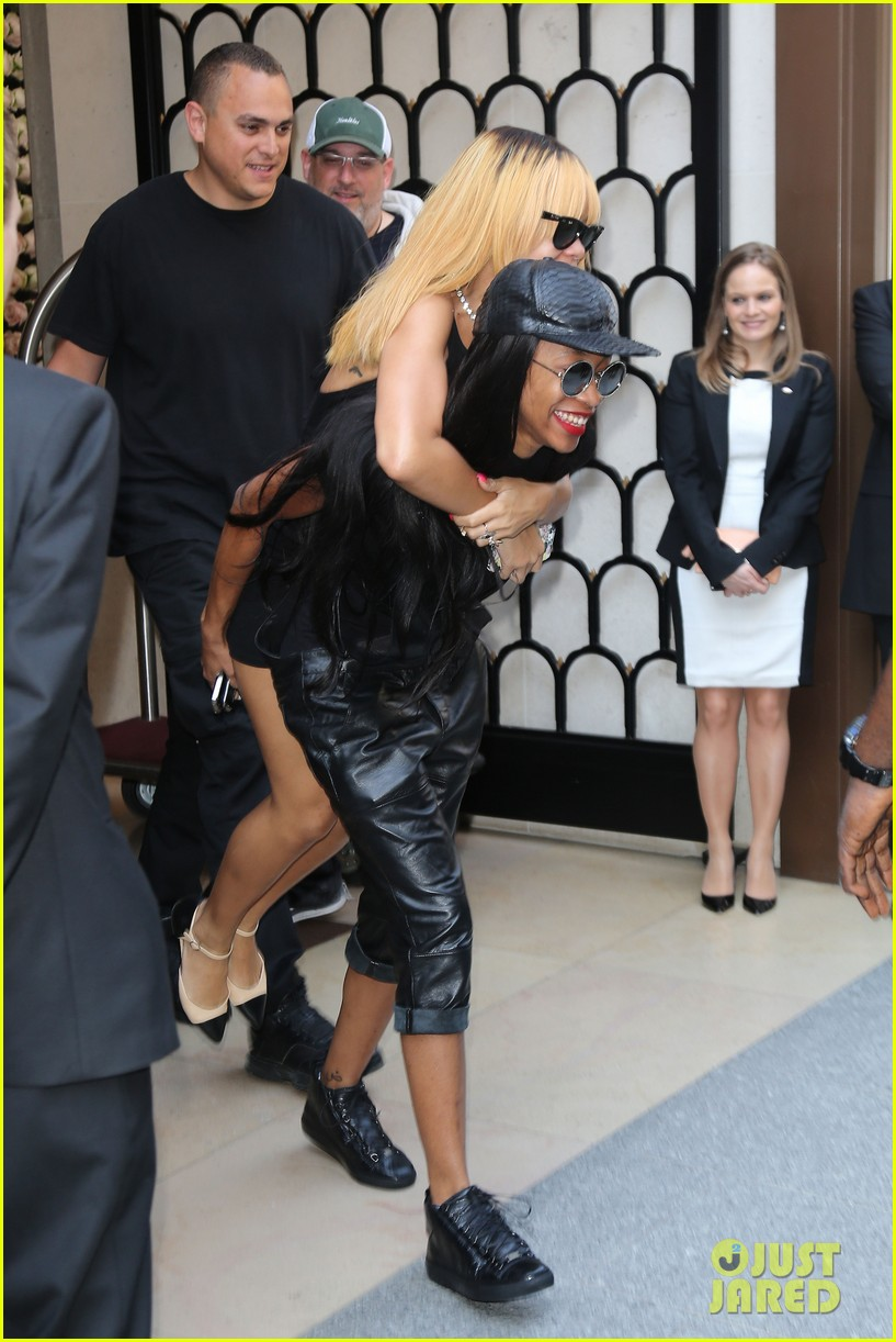 rihanna piggy back ride in paris 012884949