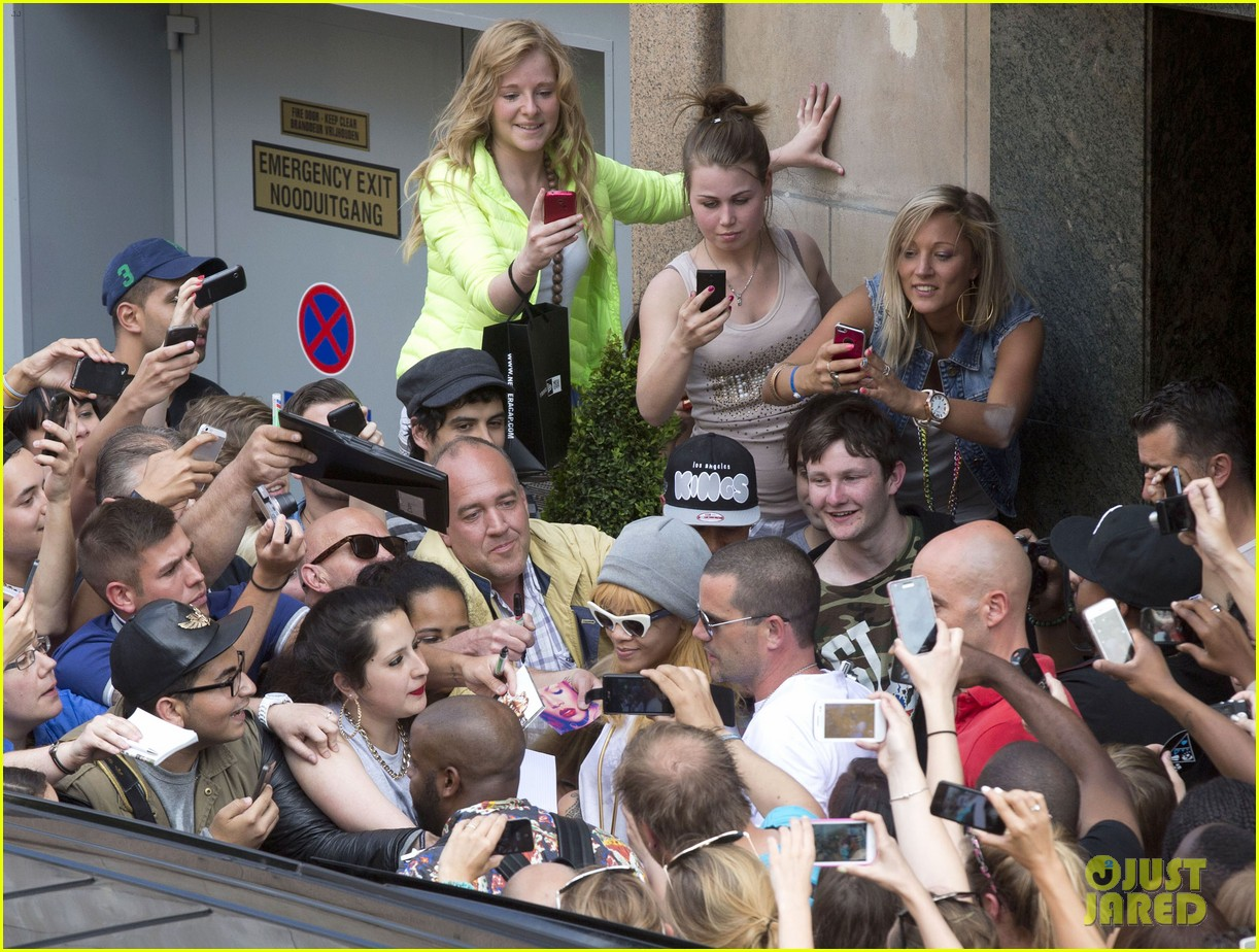 rihanna swarmed by fans at antwerp hotel 062885949