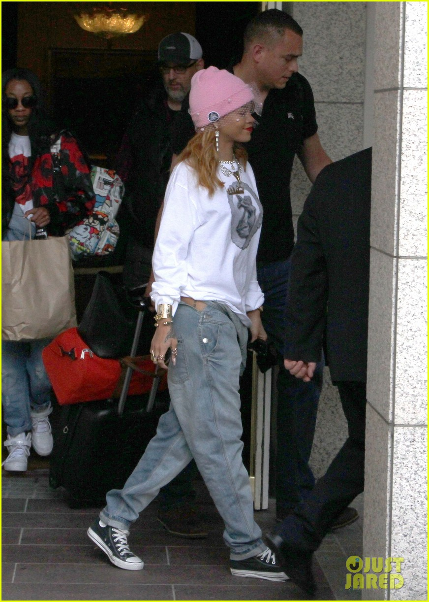 rihanna pink veiled beanie hat in amsterdam 05