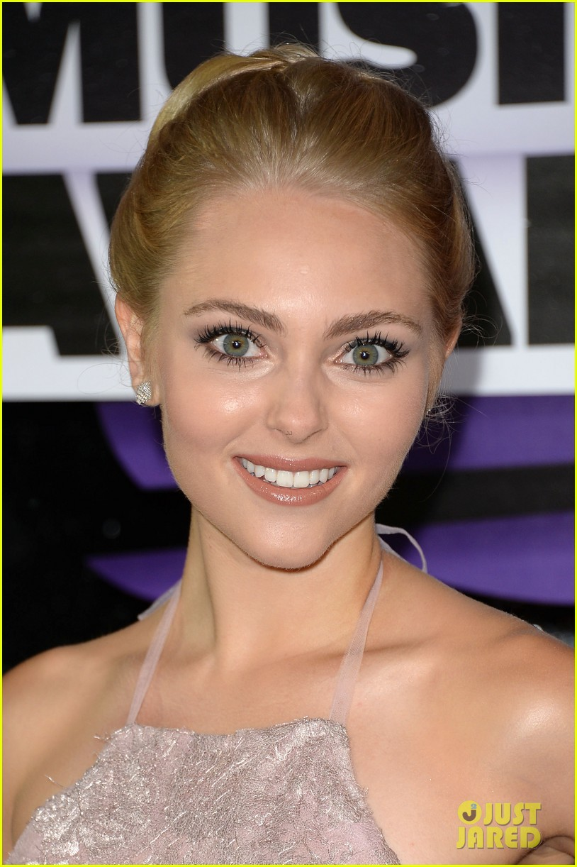 annasophia robb cmt music awards 2013 red carpet 02