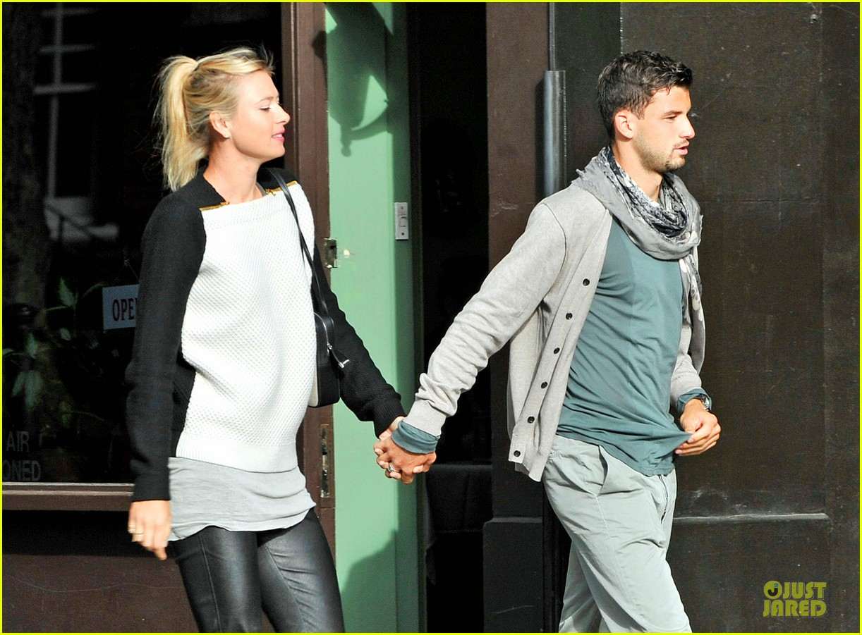 maria sharapova grigor dimitrov hold hands during wimbledon first rounds 02