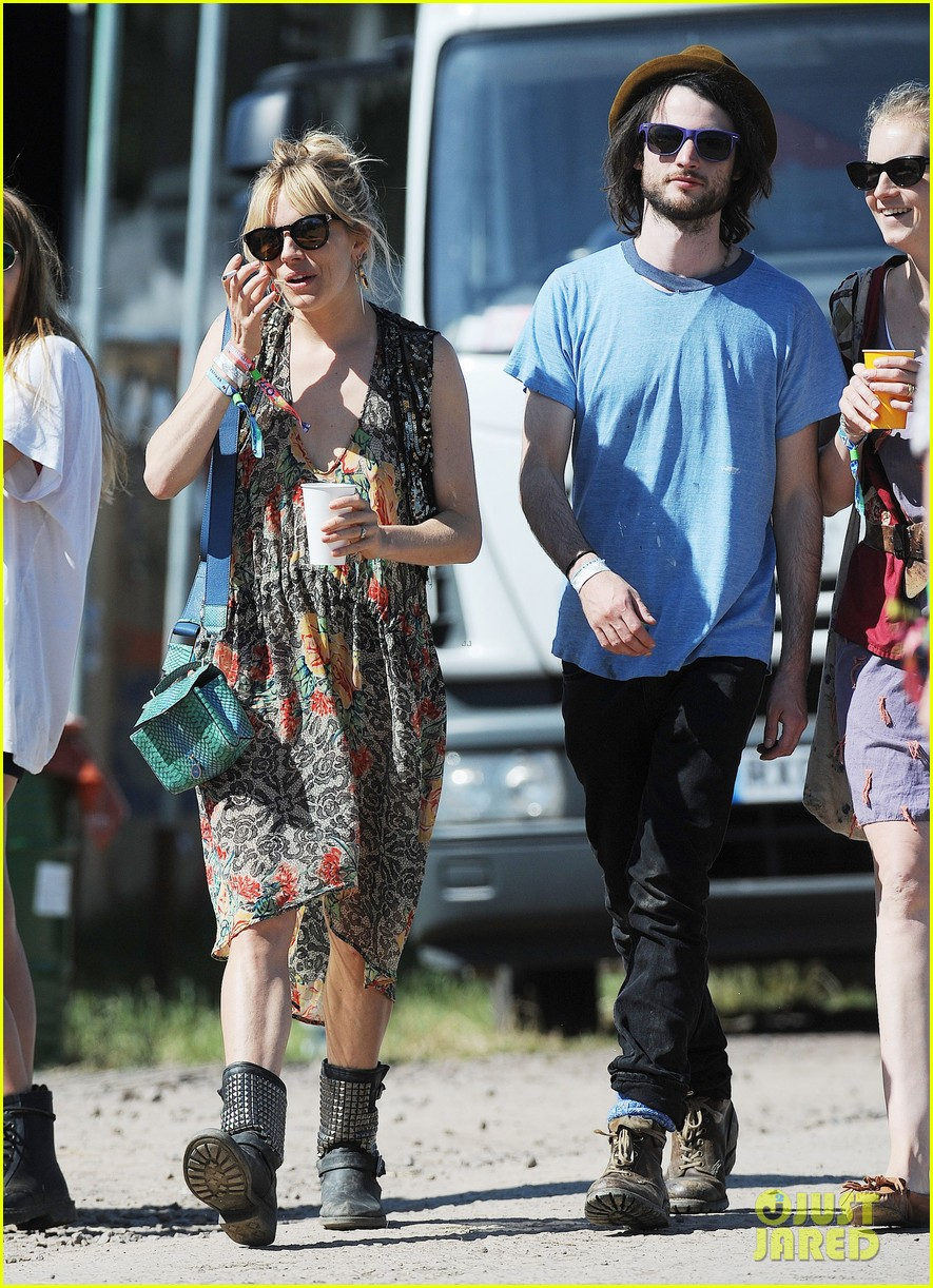 sienna miller tom sturridge glastonbury festival couple 012901169