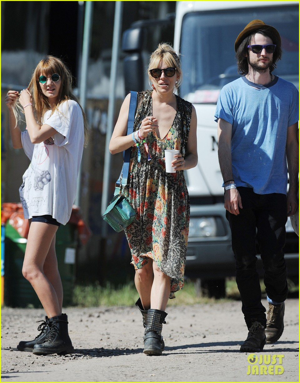 sienna miller tom sturridge glastonbury festival couple 05