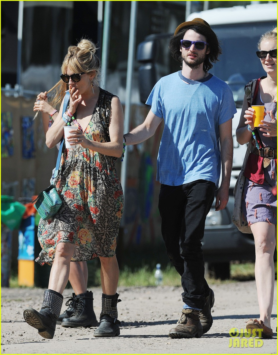 sienna miller tom sturridge glastonbury festival couple 092901177