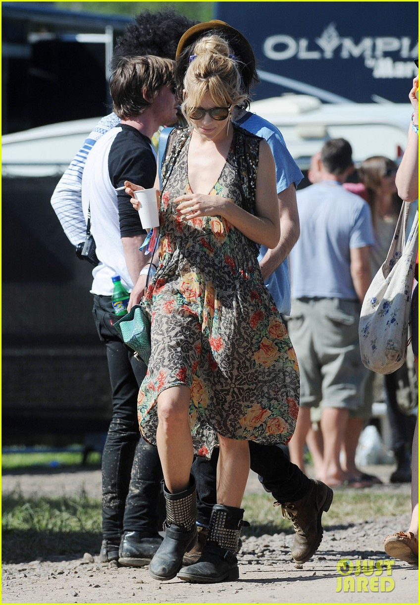 sienna miller tom sturridge glastonbury festival couple 10